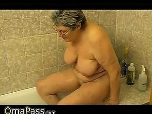 Granny masturbate herself with a toy in bath OmaPass